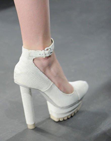 Ботинки белые женские на каблуке